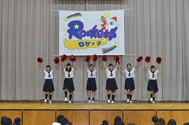 【写真を見る】部員勧誘のために全校生徒の前でチアダンスを披露するわかば(土屋太鳳)たち