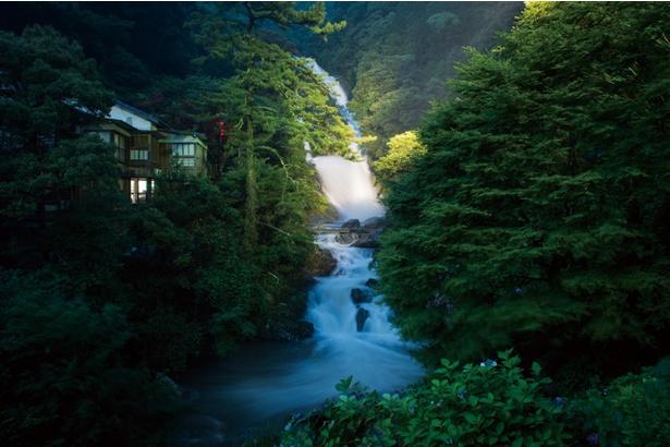 見帰りの滝 / 水が勢いよく流れ落ちる様が迫力満点の昼とは違い、夜はライトアップされ、幻想的な姿に変わる。ライトアップは9/30(日)まで毎日行う。点灯時間は19:20~22:00