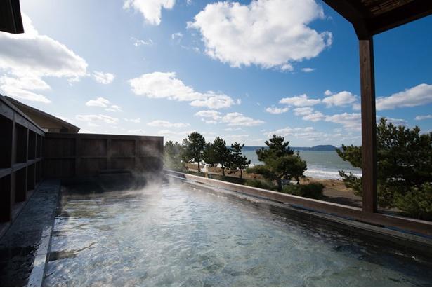 唐津 網元の宿 汐湯凪の音 / 大展望風呂。青空と海が広がる
