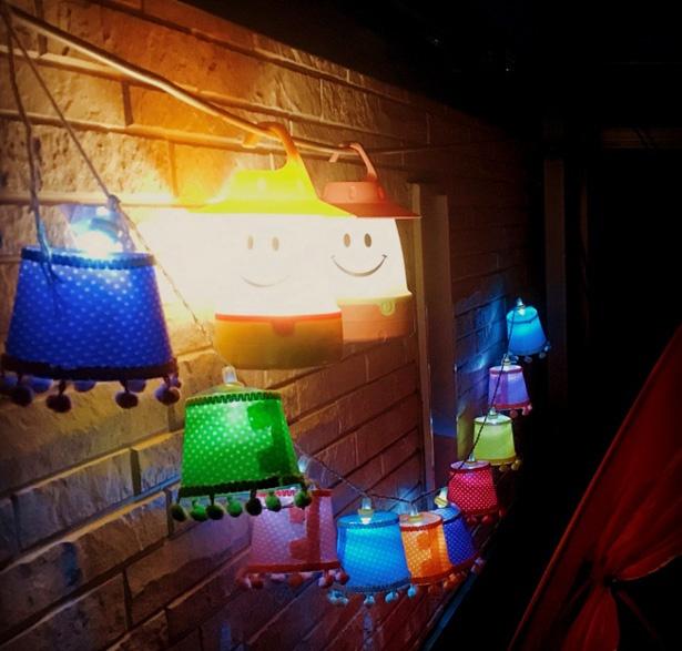 夜にランタンを灯すとこんな感じ。テントや手すり、物干し竿!?に引っ掛ければOK