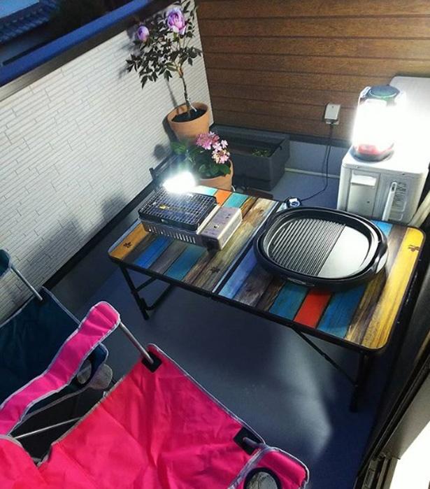 【写真を見る】カラフルなテーブル&イスでかわいいベランピング空間に。コンロやホットプレートで、なんちゃってバーベキューをしても楽しい