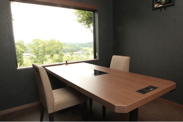 白金の森 レストラン四季農 / 食事処はすべて個室タイプ。眼下の田園風景に和む