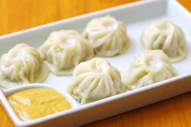 ネパールの名物料理「モモ」(1皿6個入り、600円)。左端のチャトニに付けて味わおう