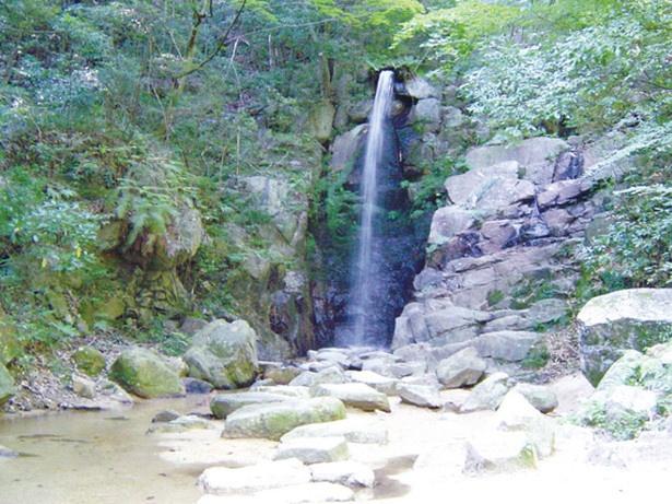 「岩屋堂公園」を流れる鳥原川の支流沿いにある「暁明ヶ滝」