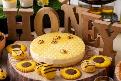 ハチミツをたっぷりと使用した「ハニカムレアチーズケーキ」。周りにはハチをイメージしたマカロンも