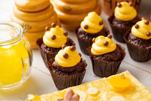 【写真を見る】ハチの巣をイメージした「ハチの巣チョコカップケーキ」