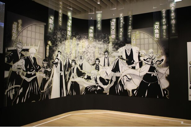 「始解」の言葉がタイポグラフィーで演出された『BLEACH』ゾーンの巨大展示