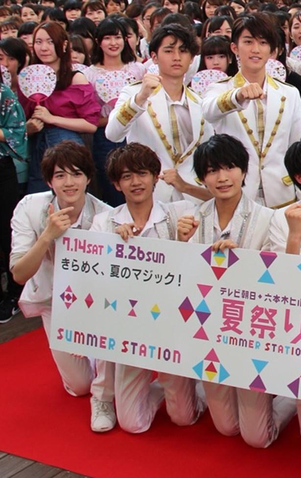 フォトセッションに応じる(前列左から)東京B少年の岩崎大昇、藤井直樹、那須雄登、(後列左から)HiHi Jetsの猪狩蒼弥、橋本涼