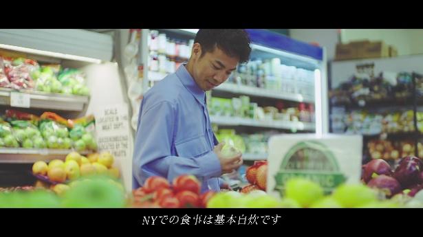 綾部祐二はNYでは、日本ではいっさいやらなかった自炊をしているという