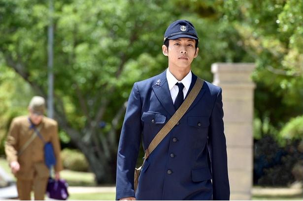 松坂桃李演じる周作は、海軍で軍法会議の議事を務める青年。一見神経質に見えるが、秘めた情熱と優しい心の持ち主