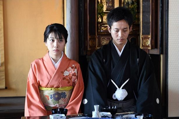戦後を生きる夫婦役に挑戦する松坂桃李と松本穂香。2人手を取り合いながら、激動の時代を生き抜いていく