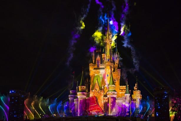 色鮮やかな噴水が踊るように躍動。炎や夜空いっぱいに広がる光の演出、イルミネーションなども壮観!
