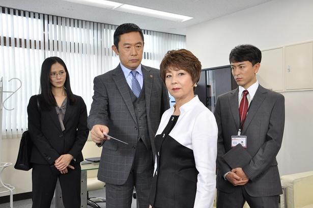 会社社長の榊田富子(山本陽子)に話を聞く大岩(内藤剛志)ら