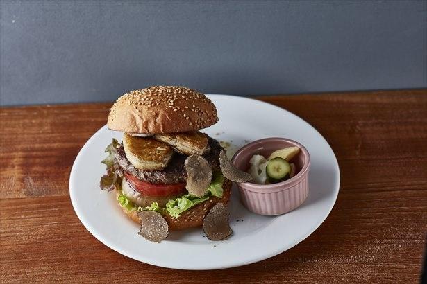 「フォアグラ+A ランク山形牛のジューシーバーガートリュフ風味」(2800円)  / 1日限定10食