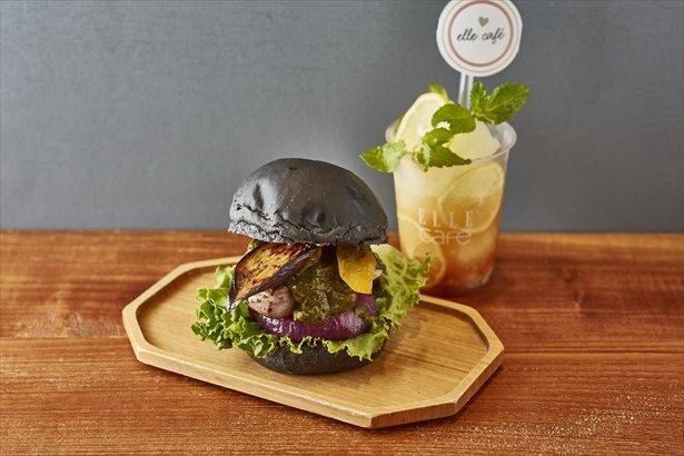 「夏野菜とジャークチキンの薬膳カレーバーガー」(1512円)