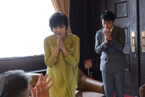 この日クランクインを迎えた片平なぎさ(左)と神保悟志(右)は、スタッフから拍手で出迎えられ笑顔