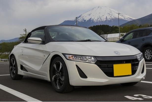 富士スピードウェイの駐車場にて、富士山をバックに撮影した筆者のS660