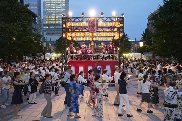 【写真を見る】高さ約5メートルの「祭やぐら」を設置して行われる盆踊り