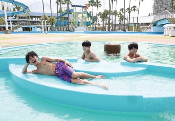 水着着用のままプール感覚で入れる「温泉プール」。プールで冷えた体を、天然温泉で温めよう!