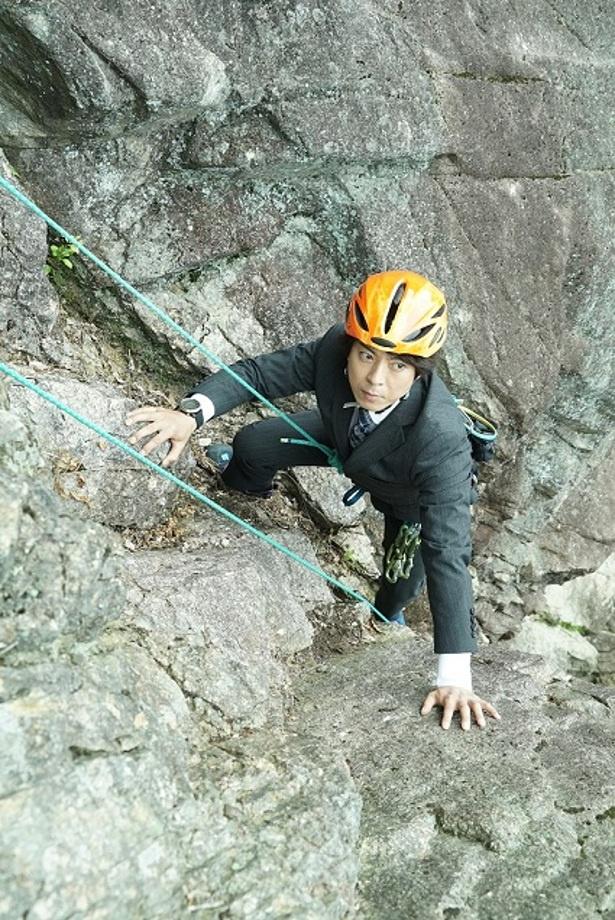 【写真を見る】初回放送では、上川隆也が高さ20メートル超の岩壁でロッククライミングに挑戦!
