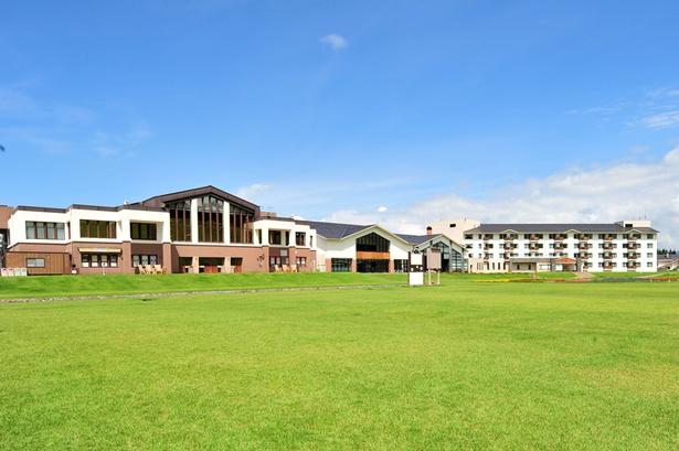 大浴場や屋内温水プールのほか、パークゴルフやパラグライダーなどアクティビティも豊富