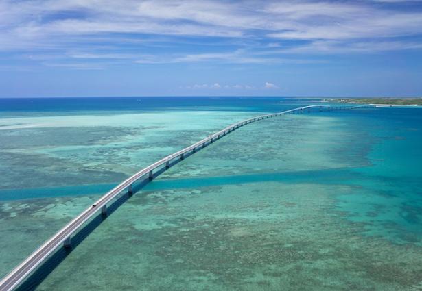 【写真を見る】まさに絶景!!宮古島と伊良部島を結ぶ全長3540メートルの沖縄県最長の橋「伊良部大橋」