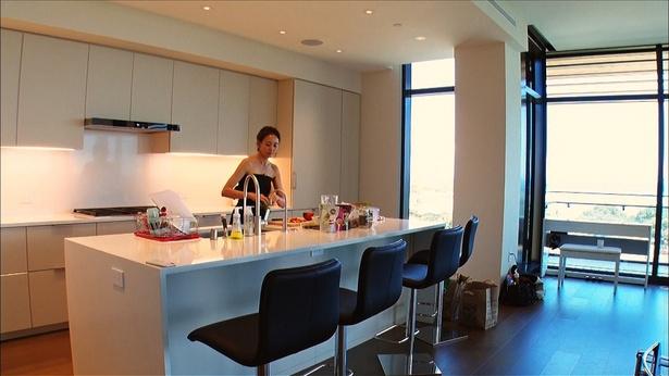【写真を見る】テレビ初公開!SHIHO、ハワイ自宅は全面ガラス張り