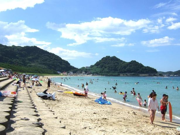 【写真を見る】透明度の高さが評判のビーチ「相賀の浜海水浴場・北浜海水浴場」