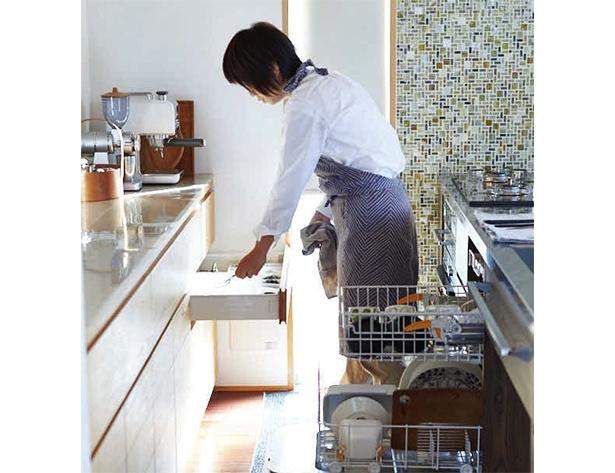 【写真を見る】食器が乾いたら、右から左へ移動させるだけ