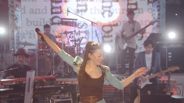 小比類巻かほるが「Anison Days」に登場。ヒット曲「City Hunter 〜愛よ消えないで〜」などを歌唱する