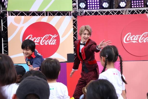 ファンと交流する結木滉星と伊藤あさひ(写真左から)
