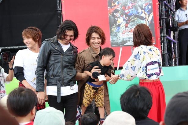 武田航平は子供を抱きかかえるサービスぶり