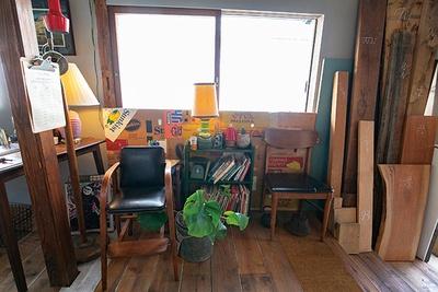 家具作りも並行して行っているだけに店内には木の板なども置いてある