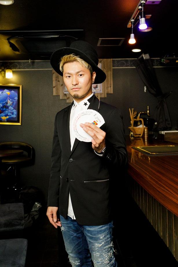 OWL先生。19歳でプロマジシャンデビューし、国内外で活躍。日本でも数少ないメンタリズムパフォーマーでもあり、読心術などのジャンルのトリックを得意とする