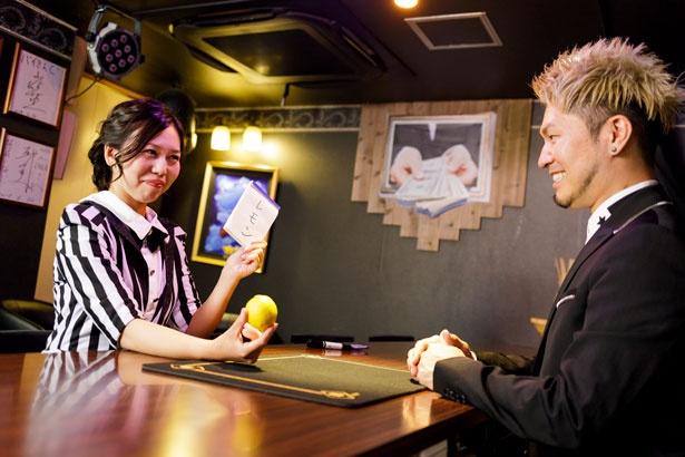 マジシャンズチョイスの練習。ペン、はさみ、レモンの3種類の中から先生に1つ選んでもらった。それを事前に予言したノートと照らし合わせたところ、見事レモンで一致した