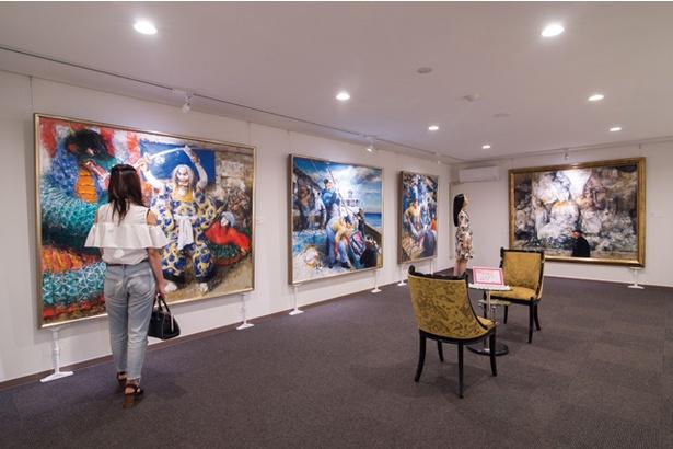 別府アートミュージアム / 約150点のアート作品を展示する館内は、休憩ができるソファを配置