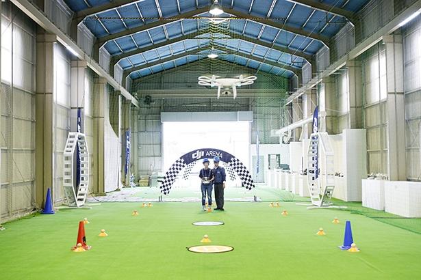 世界中に2つしかない、最大手ドローンメーカーDJI公認の屋内飛行場で行われている飛行レッスンを70分間体験!