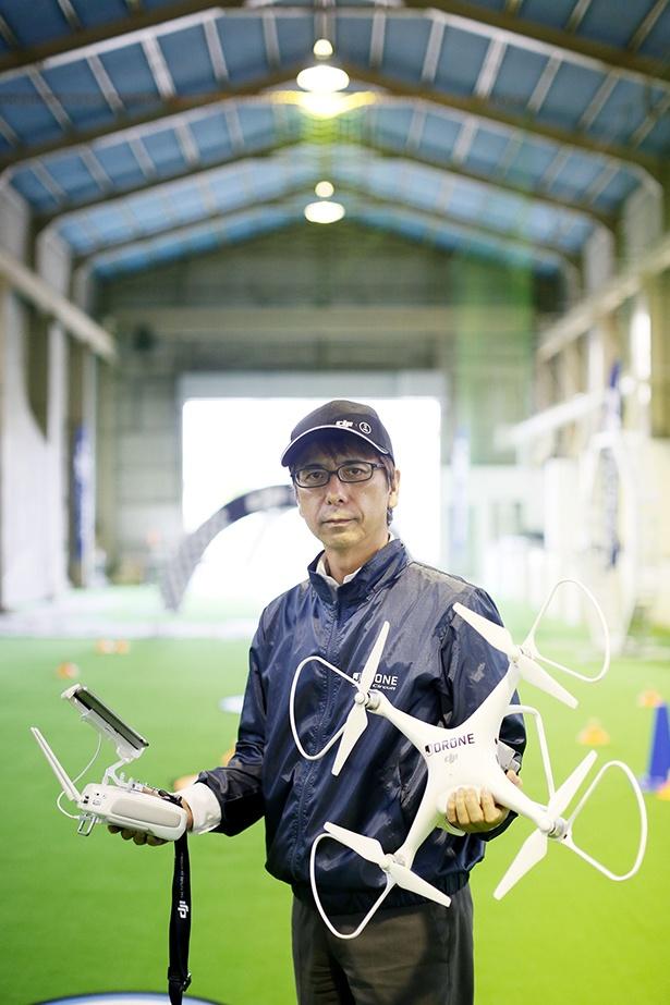 DJI ARENAのドローンインストラクターの岡崎滋さん。ドローン資格合格者を数多く輩出している。生徒のスキルを正確に見極め、丁寧な指導を行ってくれる