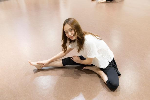 いよいよレッスンがスタート。まずは20分ほどの全身ストレッチを行い、体が十分に温まったところでダンスの振り付け指導が始まる