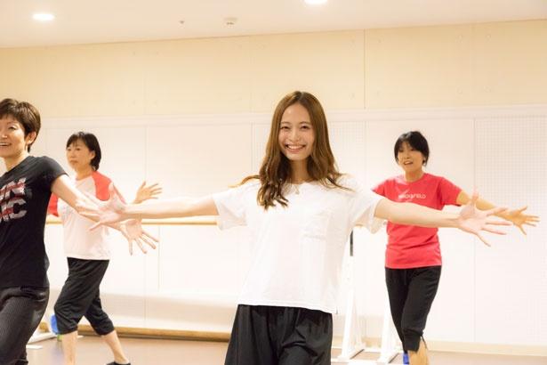 音楽に合わせて踊れば、より一体感が感じられチームワークが磨かれる。中には音楽を口ずさみながら踊る生徒さんも