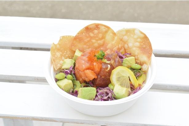 AOSHIMA BEACH PARK / 「POKE2489」の「ポキボウル・MIXポキ」(900円)。自家ダレに漬け込んだサーモンとマグロが美味
