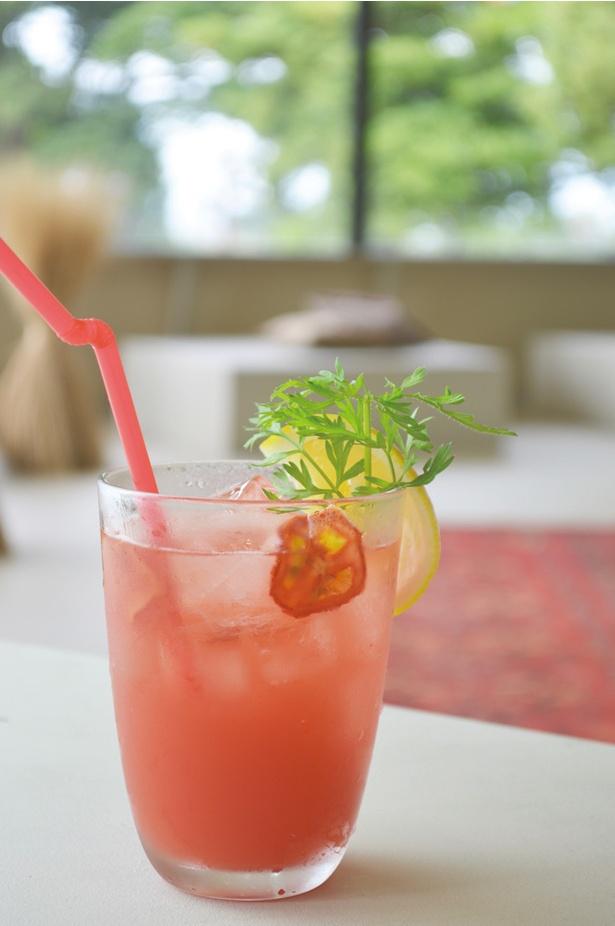 青島ハンモック / 「トマトサイダー」(486円)。トマトの甘味とサイダーの酸味がマッチする。さっぱりとしたトロピカルドリンク