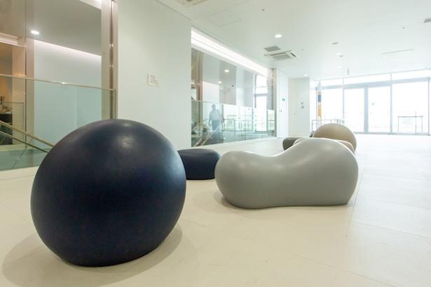 屋内スペース「ホワイエ」には、小惑星イトカワや宇宙をイメージしたソファが。座ったときのほどよい弾力がクセになる