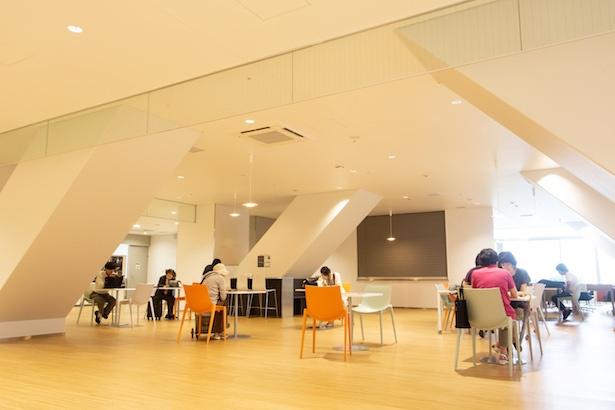 フリースペースは無料Wi-Fiを完備。PCやスマホを利用しながら時間を過ごす人も多い。2018年8月下旬にはこのスペースにカフェがオープンする予定