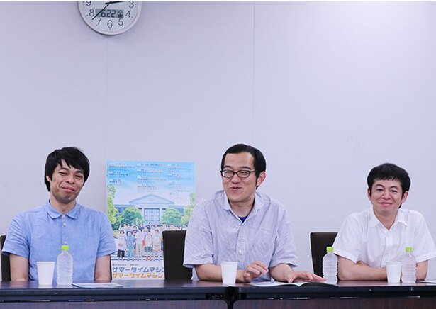 【写真を見る】和やかな雰囲気で質問に答える3人。この空気感が20年経ってもなお、メンバーの仲の良さは変わらない秘訣!?
