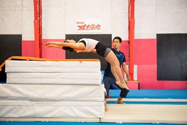 バック転で後ろに跳ぶ感覚を感じる特訓。かかとに体重が乗るとしりもちをついてしまうので、つま先から跳ぶ。このあんばいが難しい