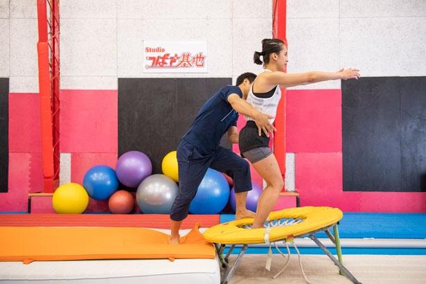 いよいよ、バック転疑似体験に挑戦!せーので跳び上がった体を先生が支えて、後ろへ