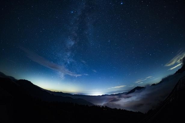 降り注ぐような美しい星空にうっとり(西穂高口駅展望台からの星空)
