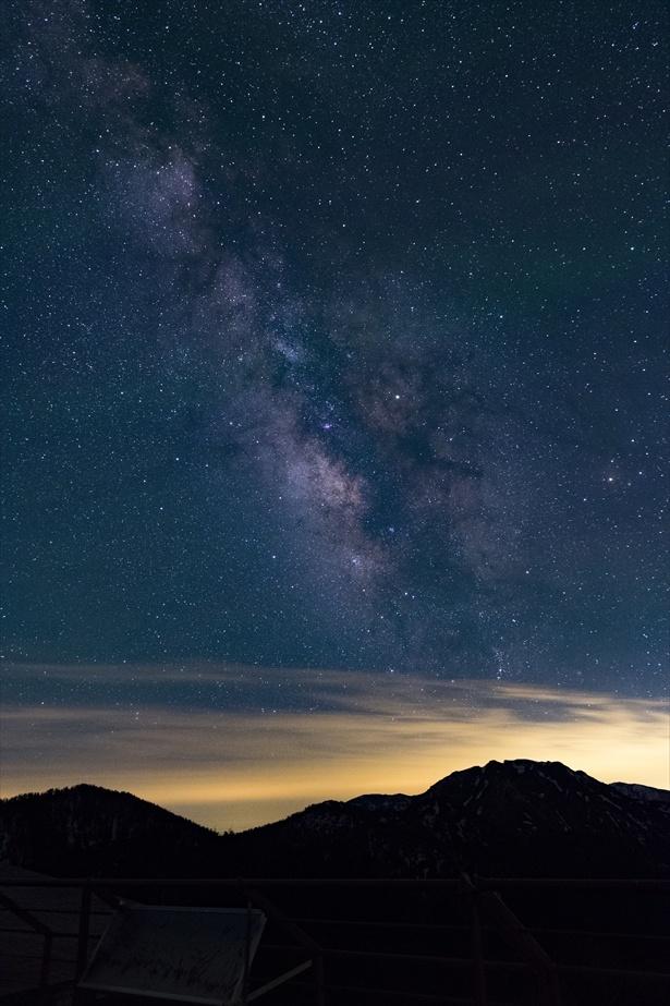 星空を流れるような天の川の姿も!(西穂高口駅展望台からの星空)
