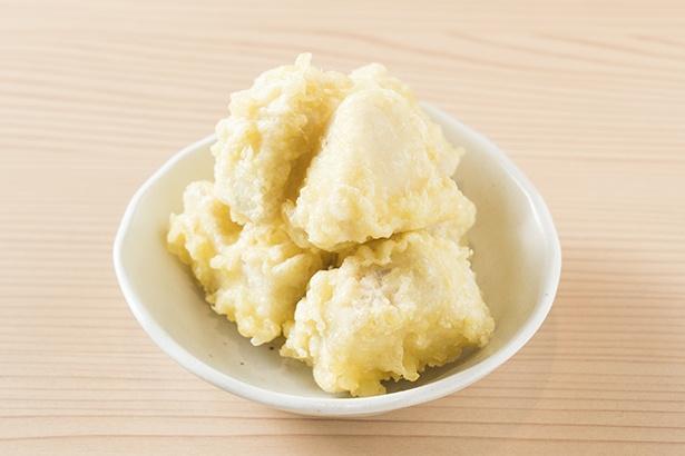 鶏&ショウガスープに漬け込み、軟らかい肉の旨味が強調されている「とり天」(300円)